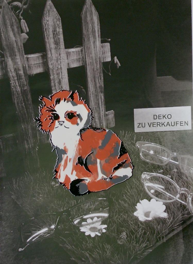 Ist die Katze kurzsichtig? Und Pelzhändler? Oder warum sitzt sie im Schaufenster eines Brillengeschäftes und besteht aus Kaninchenfell?