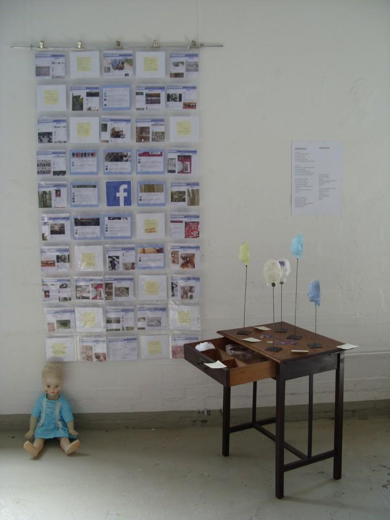 """Viele nette bunte Posts auf facebook - dazwischen Post-it-Zettel mit Katharinas Gedanken zum """"Maskenball"""""""